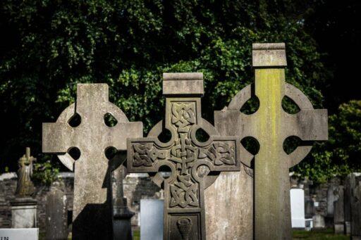 Tres cruces celtas de piedra en cementerio.