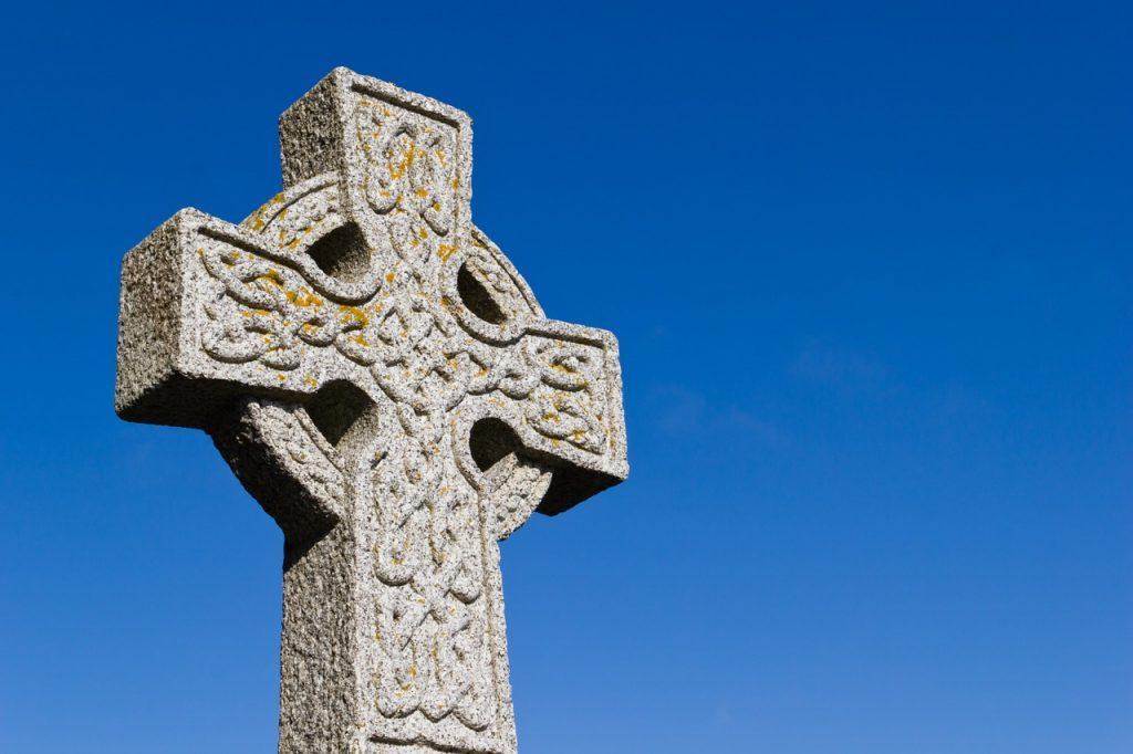 Cruz celta con nudos hecha de piedra.