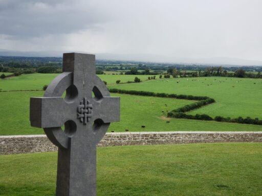 Cruz celta de piedra en el campo.