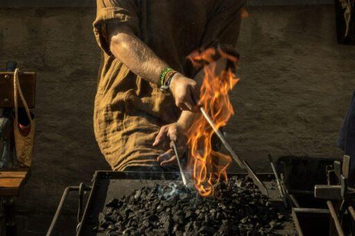 Herrero forjando con fuego.