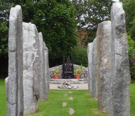 Jardín con Piedras en pie con trono de diosa celta Brigit. Dioses celtas.