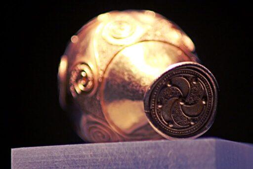 Trisquel celta de metal con puntos en Jarrón celta. Símbolos celtas.