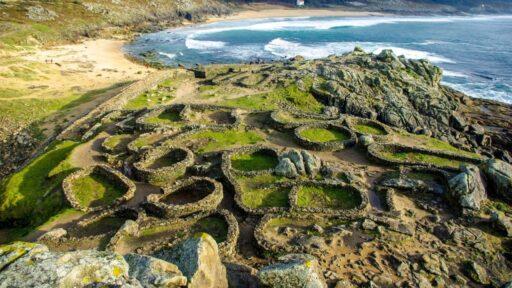 Ruinas Celtas con símbolos celtas en la costa gallega. Castro de santa tecla. España, Pontevedra. Símbolos celtas.