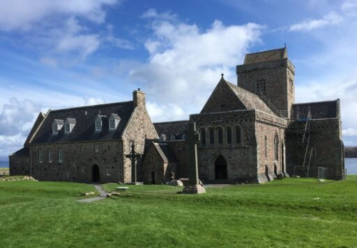Iglesia de piedra en la Abadía de iona en escocia con cruz celta. Símbolos celtas.