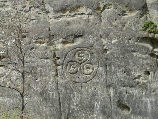 trisquel grabado en piedra por los celtas