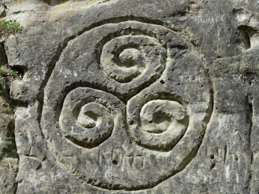 Simbolo celta triskel grabado en piedra