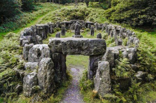 Altar celta hecho con piedras en medio del bosque.