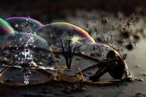 Tres Burbujas con un alma, un humano y un árbol en su interior.