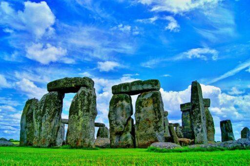 Monumento de piedras montadas unas sobre otras en un dia soleado.