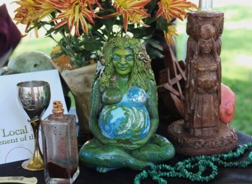 Altar pagano de la wicca con dos figuras de diosas celtas.