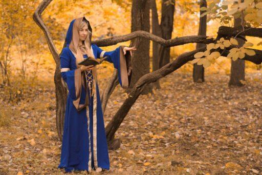 Bruja celta en el bosque haciendo un conjuro.