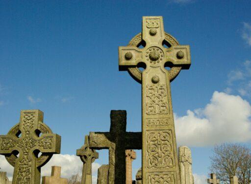 Cruces celtas de piedra en el cementerio.