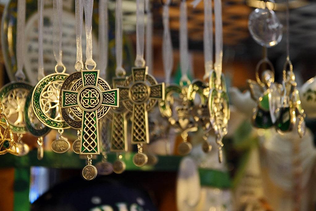 Colgantes de la cruz celta dorada con nudos.