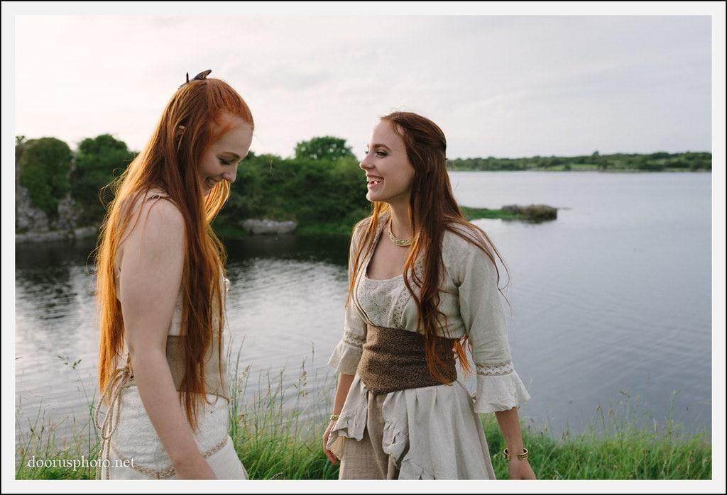 Mujeres celtas con lago de fondo.