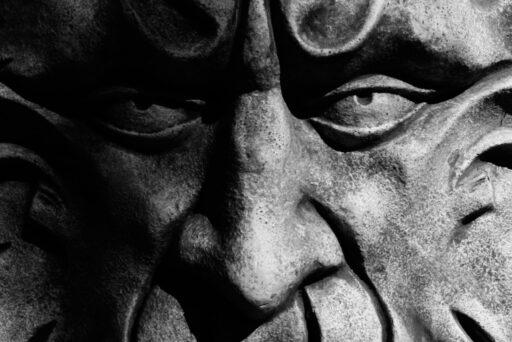 Máscara de piedra o cemento de dios celta.