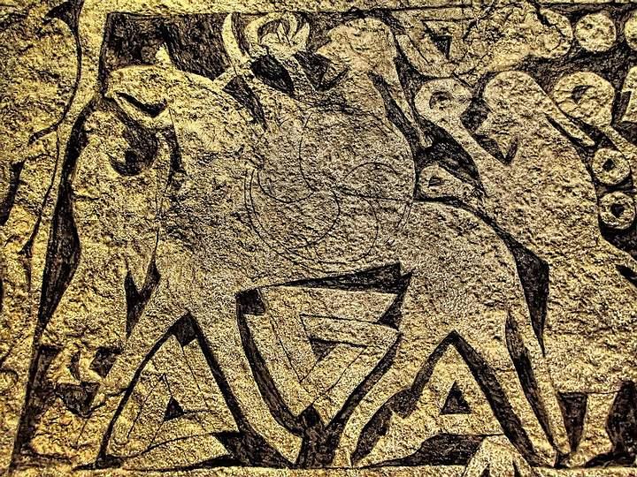 Piedra rúnica con dos valknut tallados junto a las patas de la bestia.