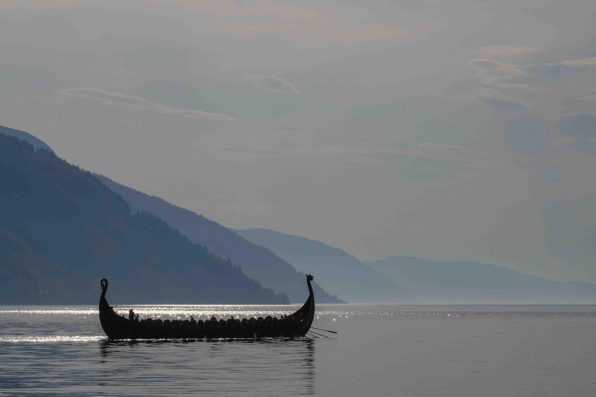 Barco vikingo navegando con brújula vikinga.