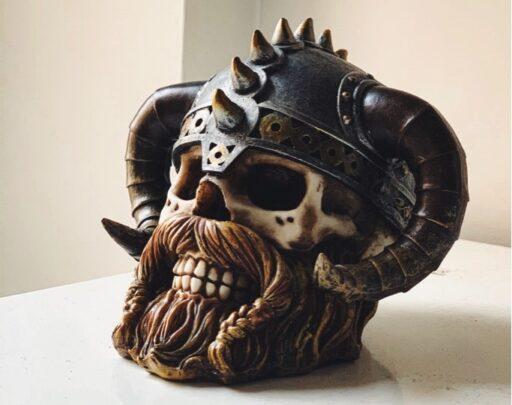 Diseño de calavera con barba y casco vikingo.