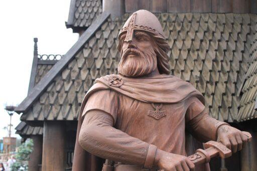 Estatua de vikingo guerrero.