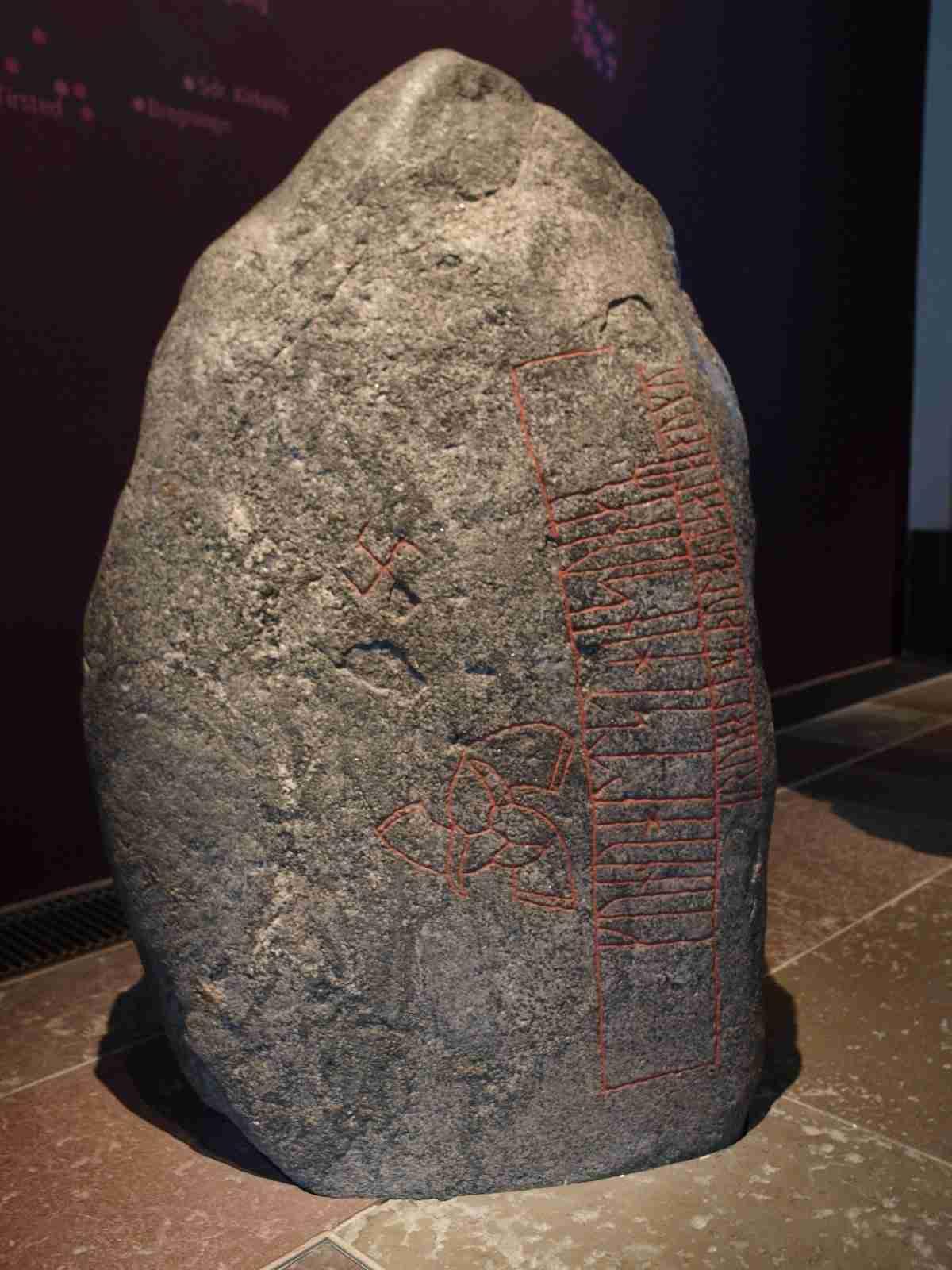 Piedra de Snoldelev con el triple cuerno de Odín.
