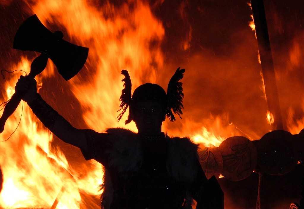 Vikingo guerrero luchando en un incendio.