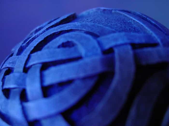 Nudo perenne celta en bola azul.