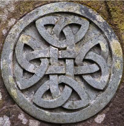 Nudo perenne celta en piedra.