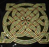 Nudo perenne celta en iglesia irlandesa, color dorado y verde.