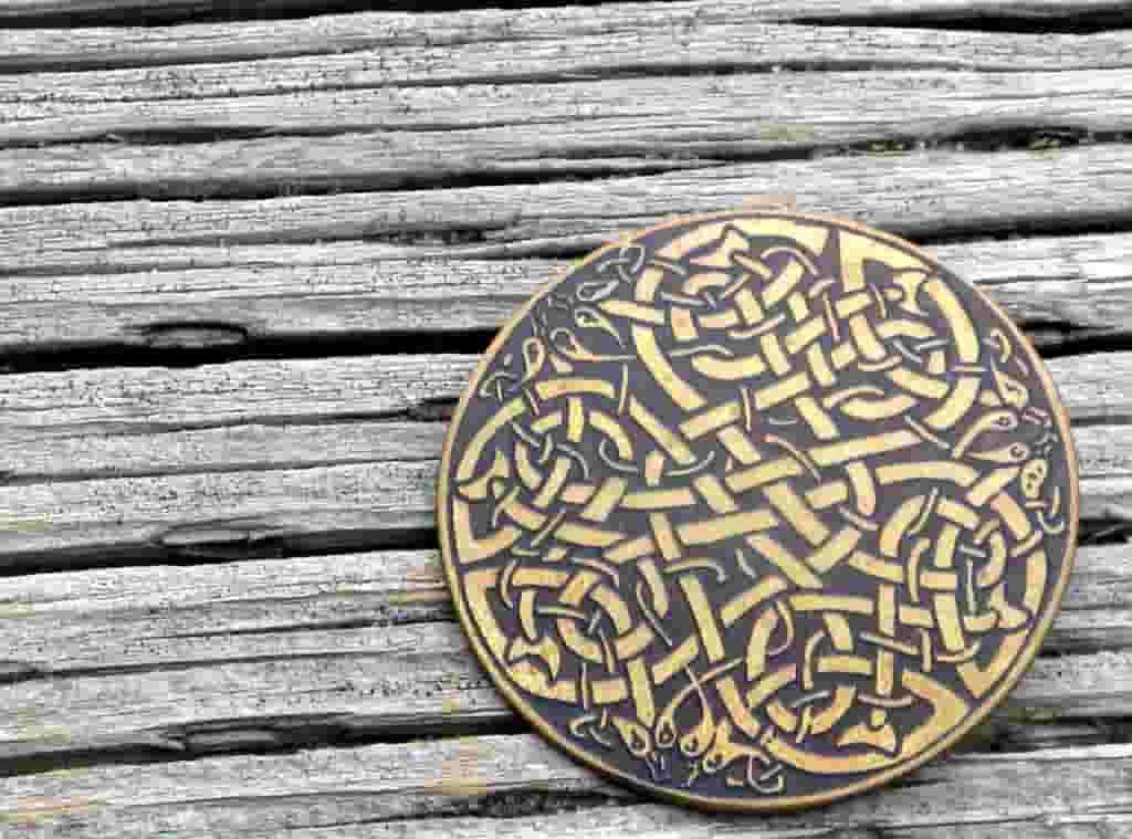 Pin con Nudo céltico sobre madera.