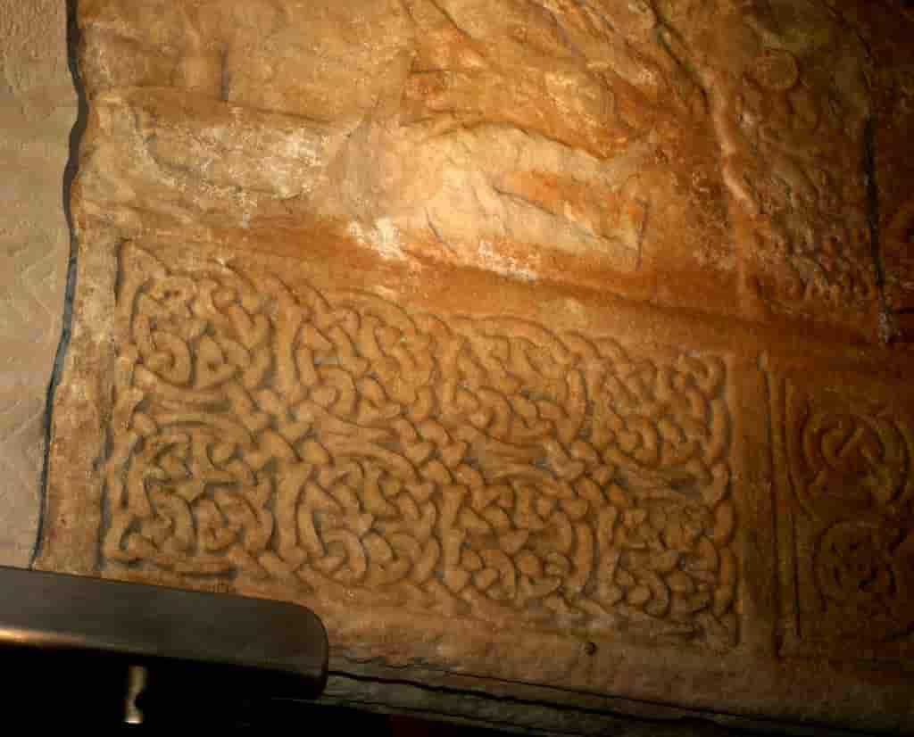 Nudo perenne cuaternario en petroglifo.