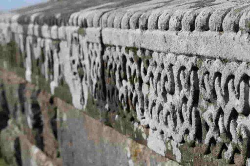 Nudo perenne céltico grabado en muro de piedra.