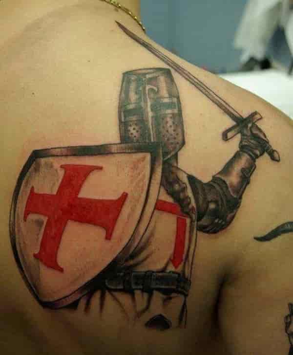 Tatuaje de caballero templario en espalda de mujer.