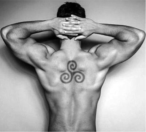 Tatuaje con trisquel celta en espalda de hombre.