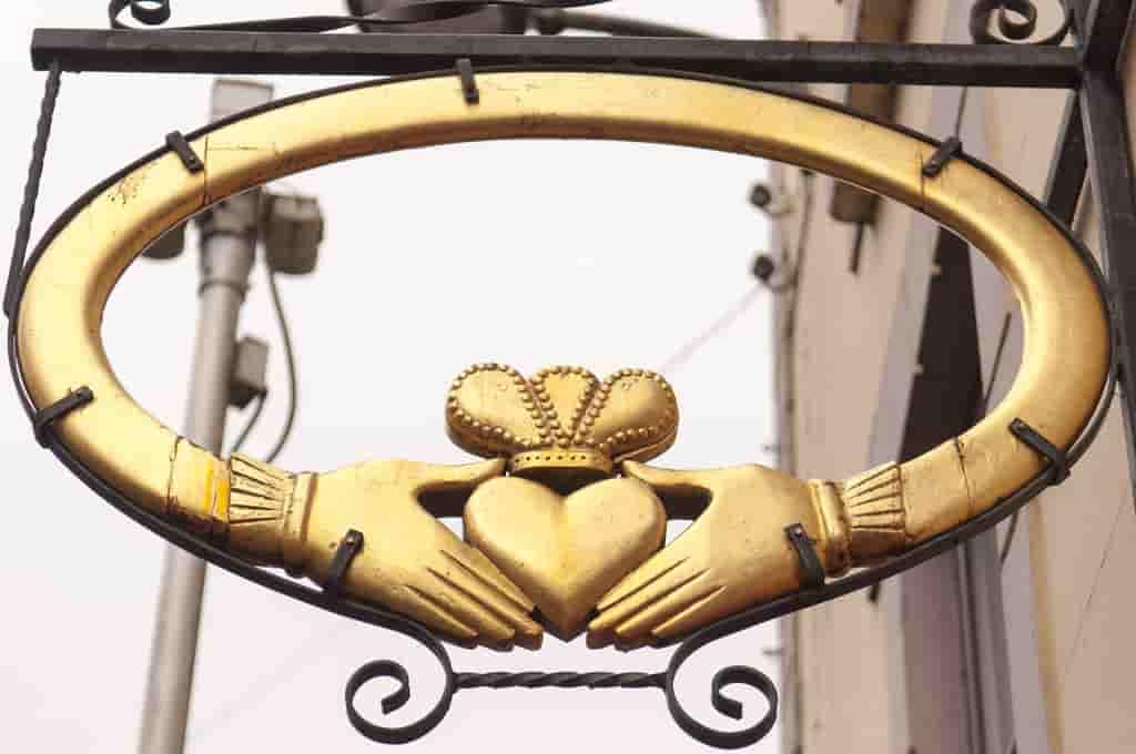 Emblema irlandés con anillo de claddagh.