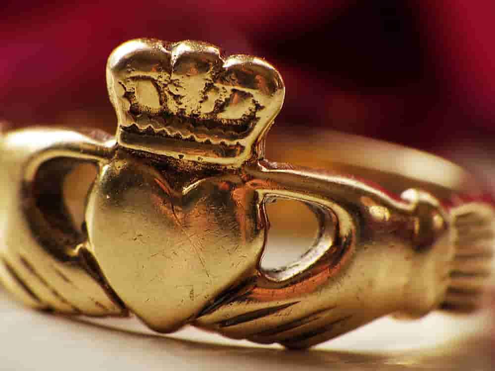 Anillo de claddagh de oro para hombre y mujer.